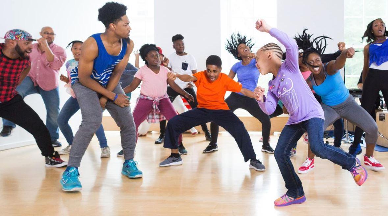 Barn och vuxna dansar afrodance tillsammans