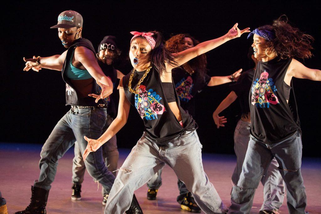 Personer i jeans och linne dansar