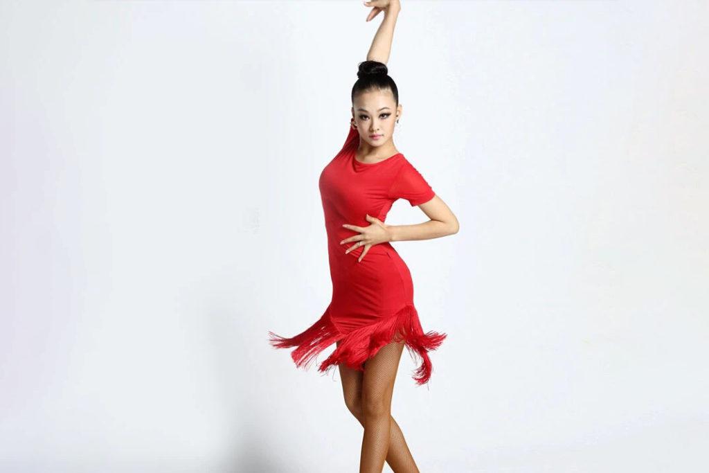 Kvinna i röd klänning dansar
