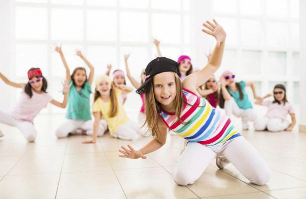 Barn sitter på knä och dansar