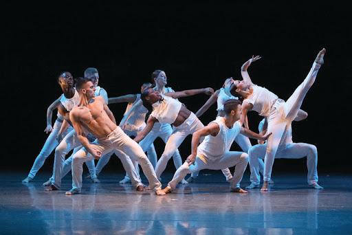 Personer i vita kläder dansar på ett smygande sätt