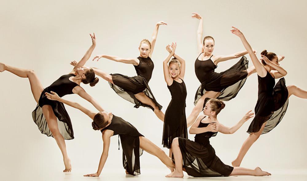 Kvinnor i svarta klänningar dansar elegant