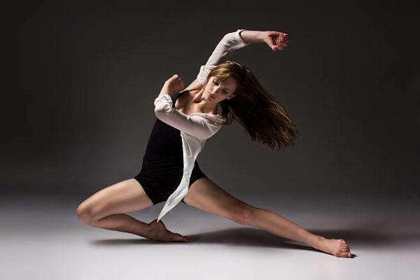 kvinna i låg dansställning