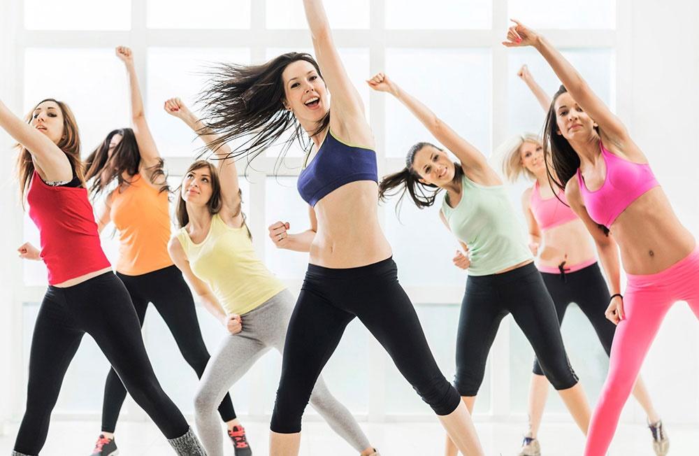 Kvinnor dansar i träningskläder