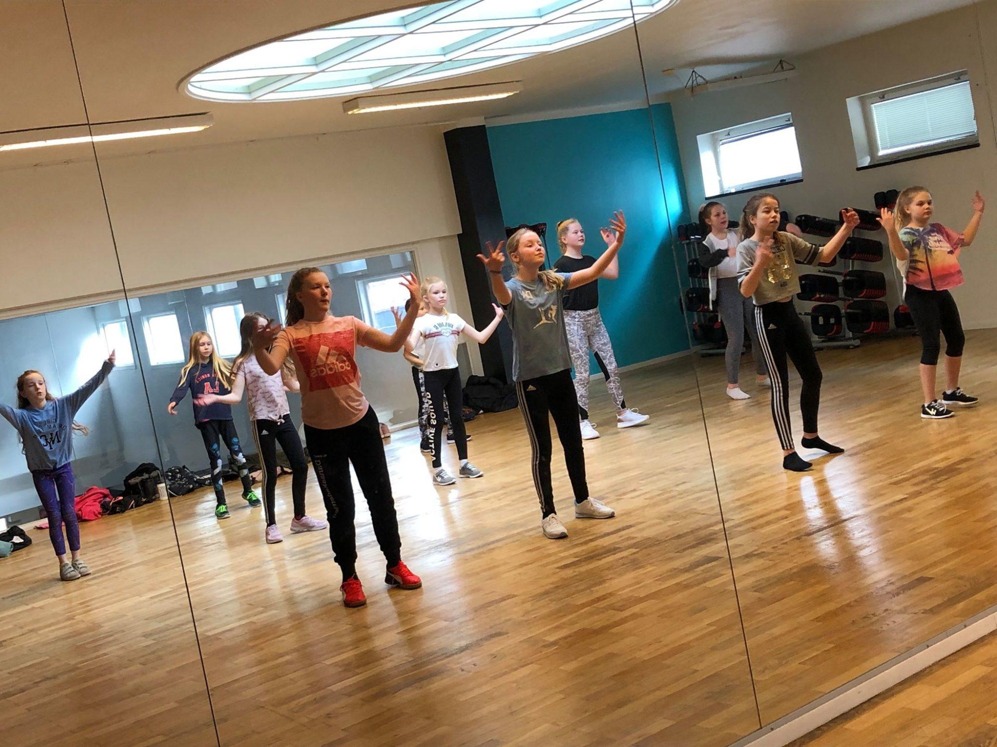 Tjejer dansar framför spegel