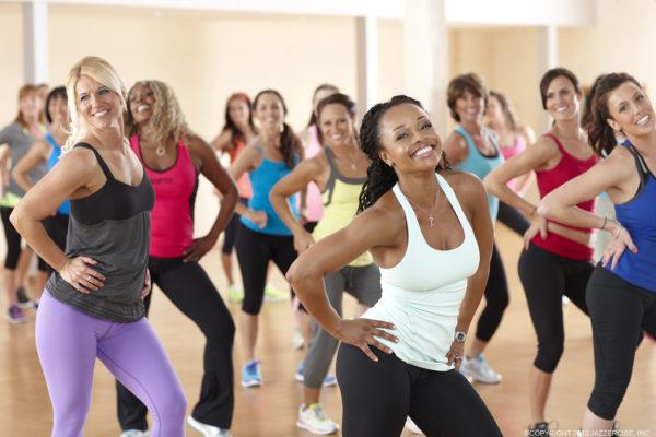 Kvinnor i träningskläder dansar