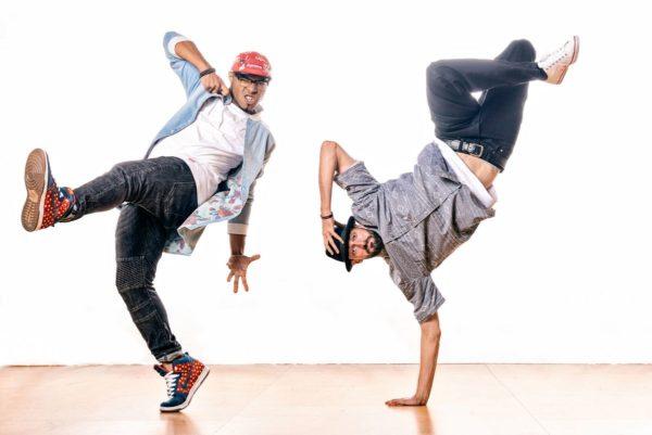 Två män dansar hiphop