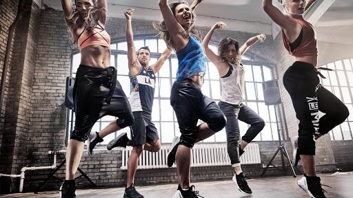 Personer dansar i industrilokal