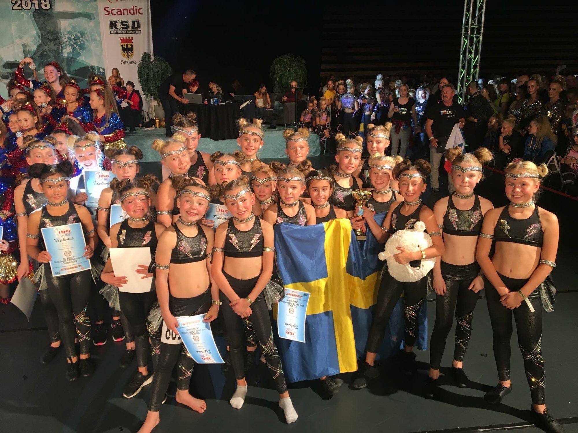 Tävlingsdansare med svensk flagga och diplom