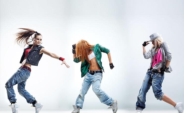 Tjejer dansar med jeans
