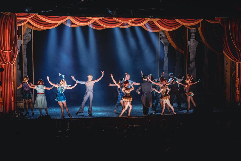 Personer på en scen dansar i en musikal