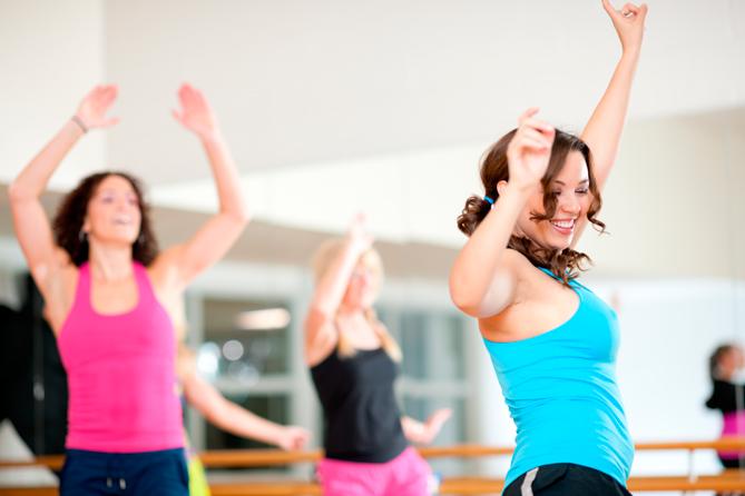 Kvinnor i linne dansar